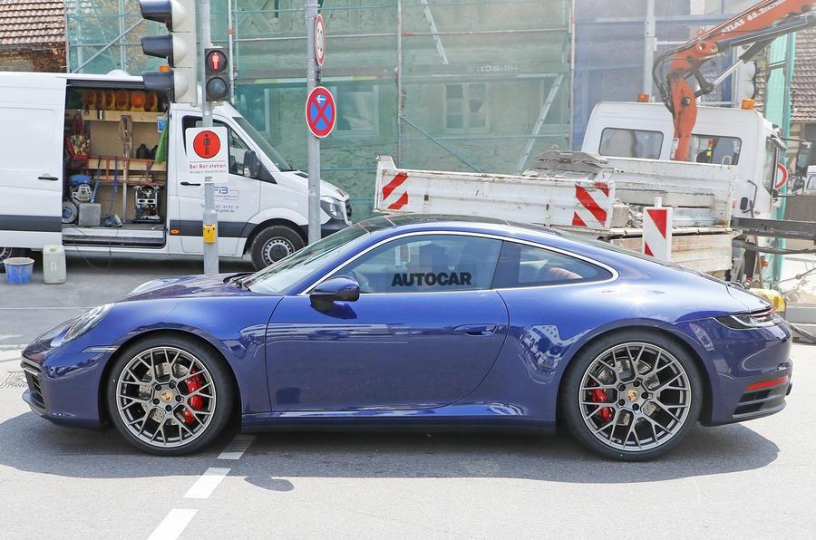 Новое купе Porsche 911 заметили без камуфляжа 3