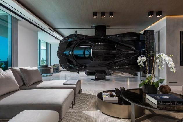 Богач использовал гоночный суперкар Pagani вместо стены 2