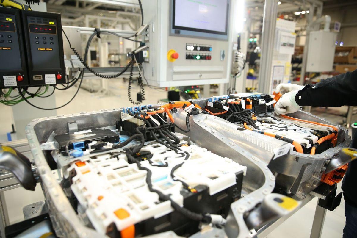 BMW вложит почти 5 миллиардов долларов в китайские батареи 1