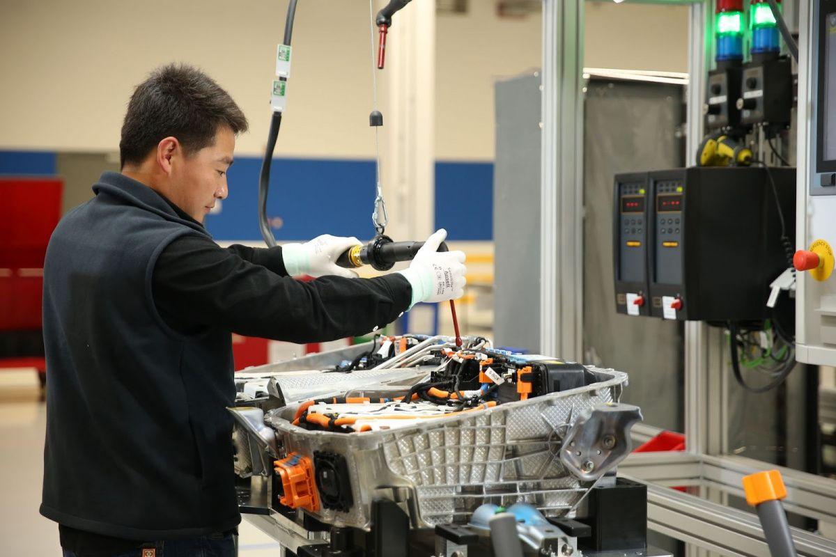 BMW вложит почти 5 миллиардов долларов в китайские батареи 2