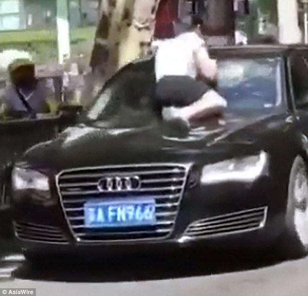 Женщина застукала мужа с любовницей в Audi. Пострадал автомобиль 1