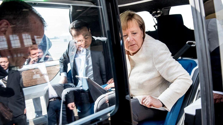 Ангела Меркель прокатилась на беспилотном VW Sedric 1