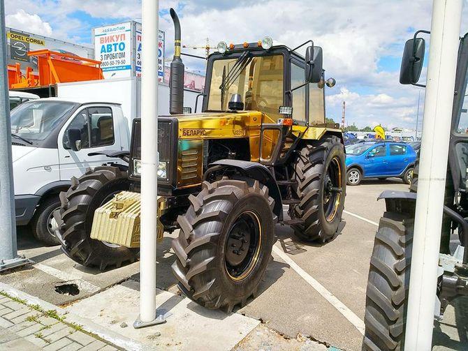В Украине замечен позолоченный трактор Беларус 1