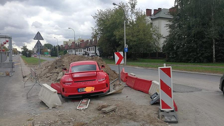 Пьяный водитель разбил новый Porsche и пошел спать 1