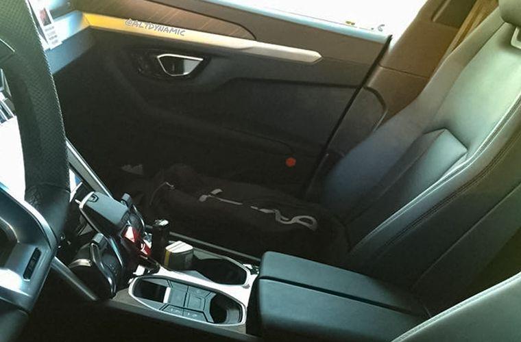 Фотошпионы показали интерьер кроссовера Lamborghini 2