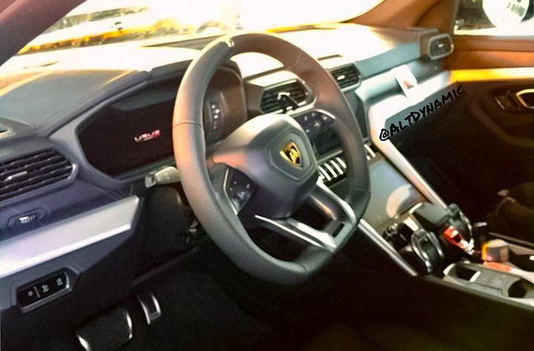 Фотошпионы показали интерьер кроссовера Lamborghini 1