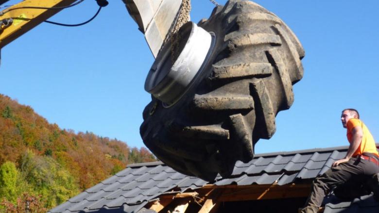 Огромное колесо от трактора проломило крышу жилого дома 4