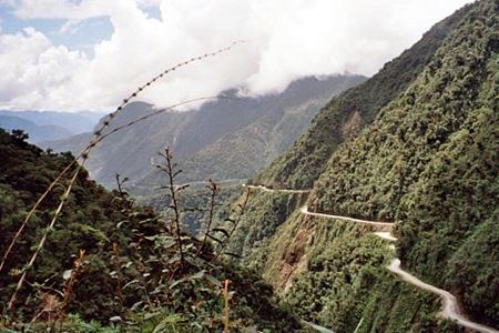 Где находится самая опасная  дорога в мире 1