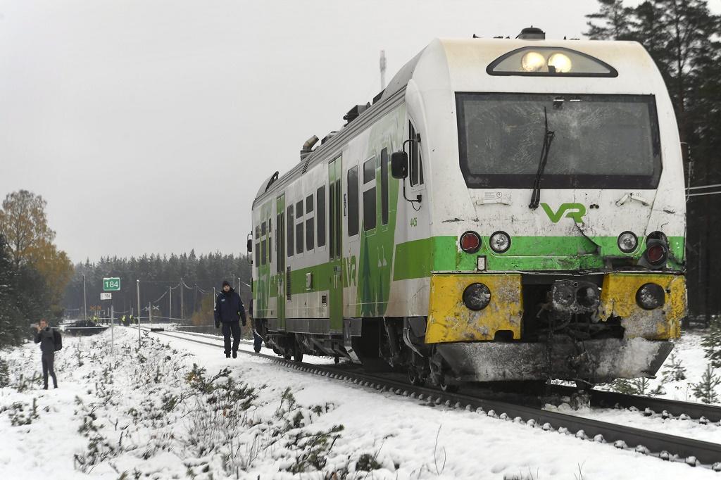 Пассажирский поезд уничтожил БТР 1