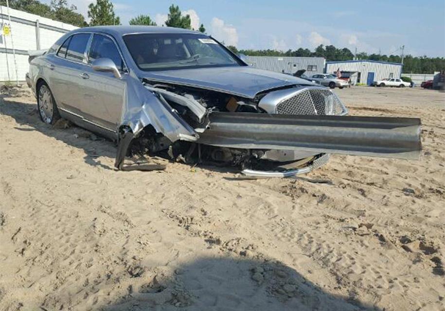 Bentley, насквозь пробитый отбойником, выставили на продажу 2