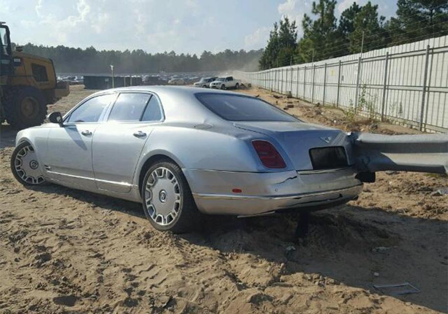 Bentley, насквозь пробитый отбойником, выставили на продажу 3