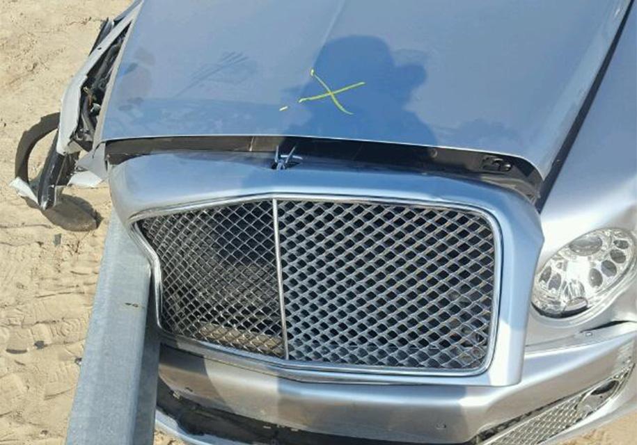 Bentley, насквозь пробитый отбойником, выставили на продажу 4