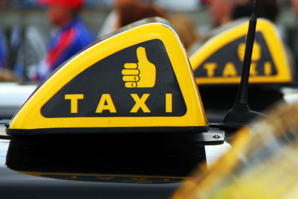 Водитель такси вернул пассажиру 1000 долларов переплаты 1