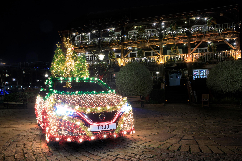 Nissan превратил машину в новогоднюю елку 1