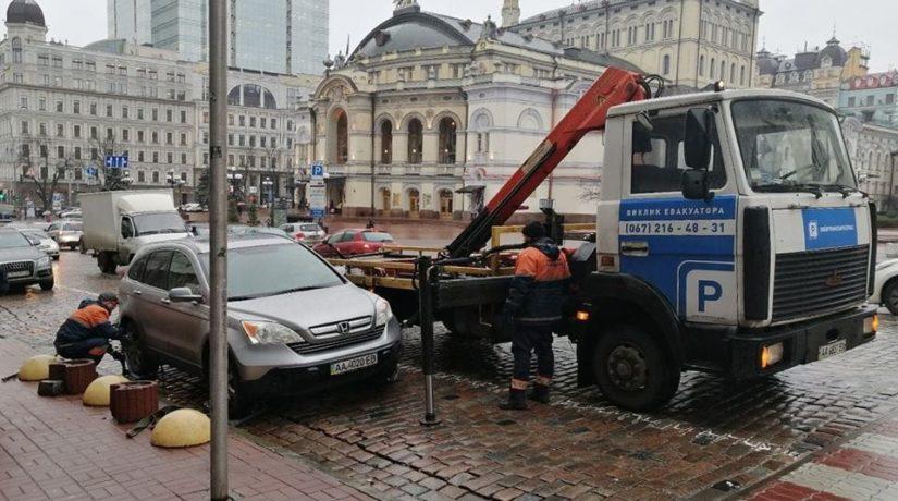 В Киеве эвакуируют более сотни автомобилей в день 1