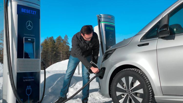 Mercedes вывел на тесты люксовый электрический минивэн 1