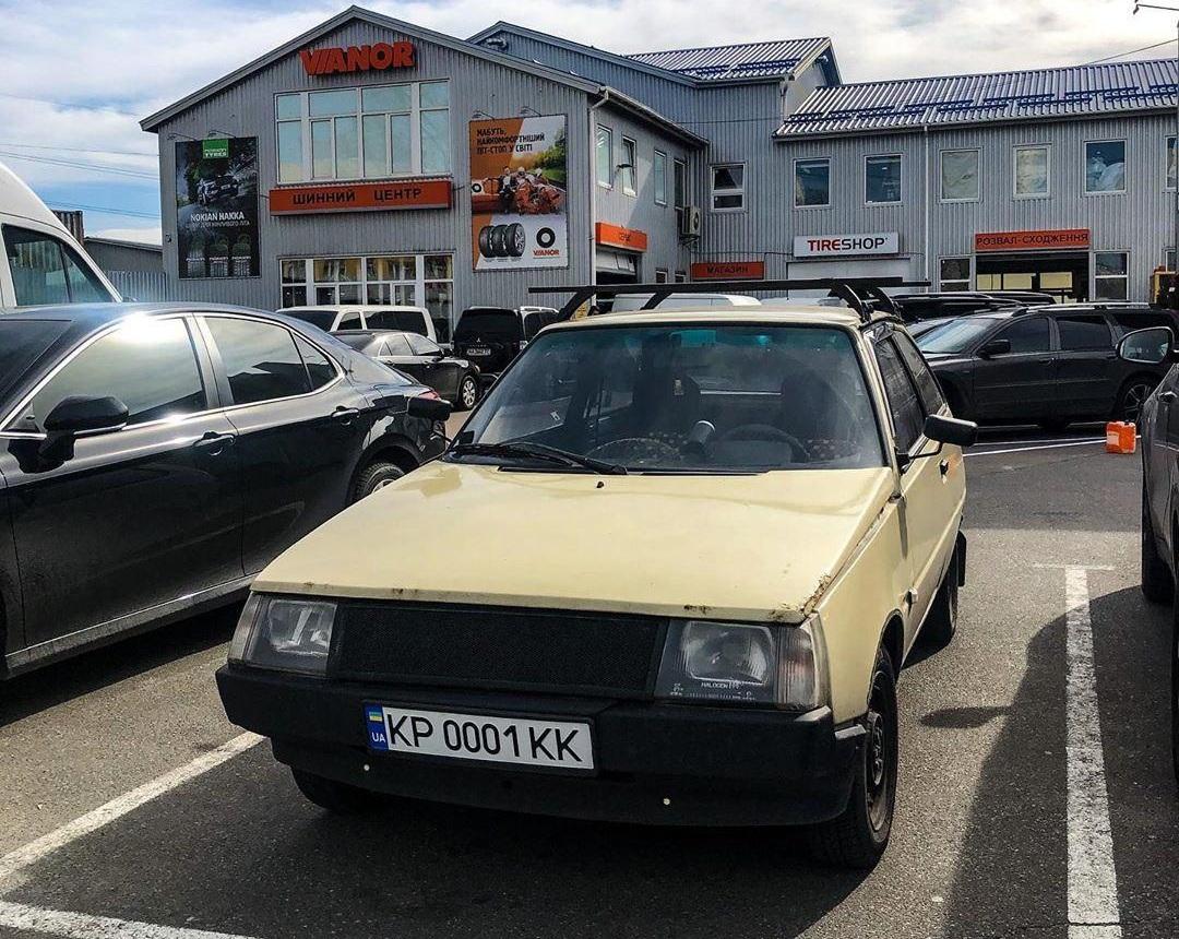 В Киеве замечена очередная «Таврия» с номерами дороже самого авто 1