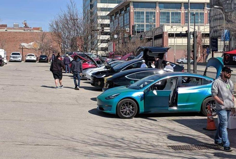 Tesla провела свой собственный мини-автосалон 1