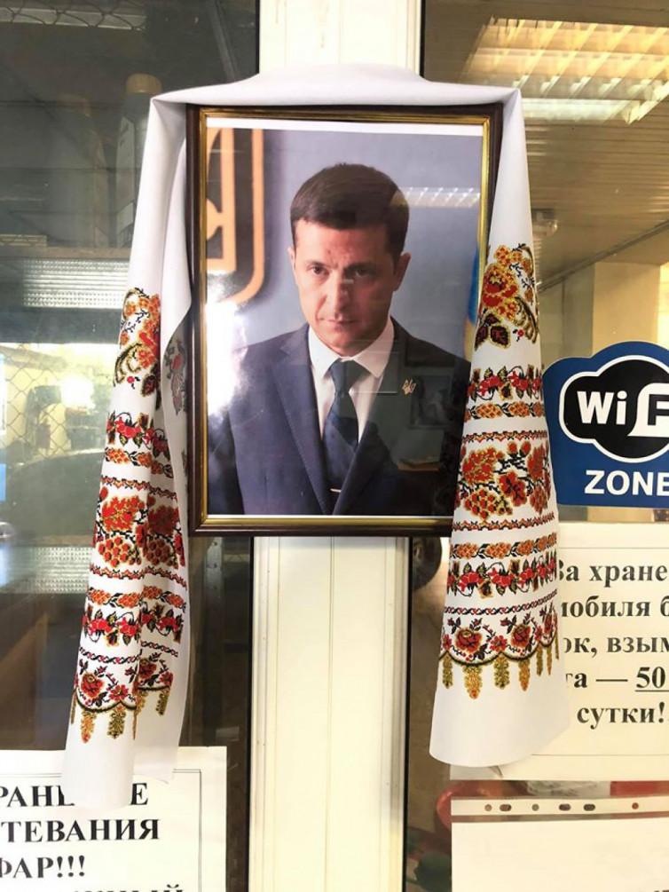 «Как икона»: в Украине есть СТО, где поклоняются Зеленскому 1