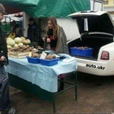 В Житомире роскошный Rolls-Royce превратили в прилавок для торговли картошкой 2