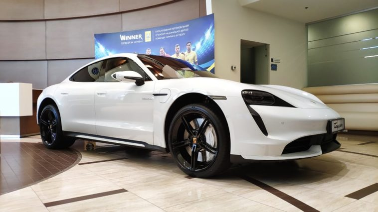 Украинцы раскупили всю партию электрокаров Porsche Taycan 1