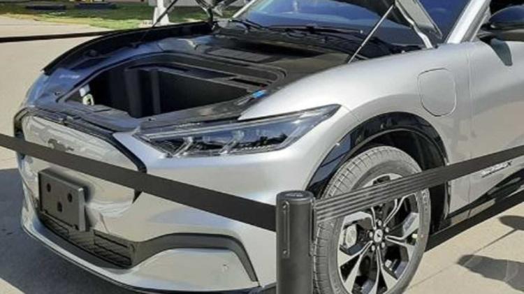С конвейера сошел первый экземпляр Ford Mustang Mach-E 1
