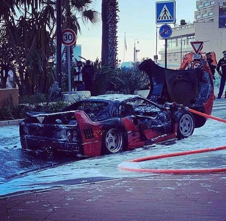 Ferrari за один миллион евро сгорел прямо посреди дороги 1