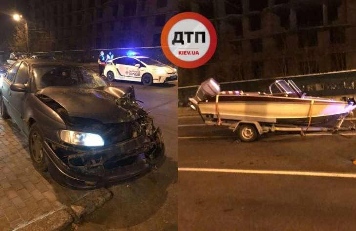 В Киеве автомобиль столкнулся с… лодкой 1