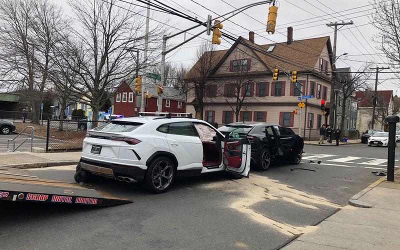 Дети украли два Lamborghini Urus у дилера и разбили их друг о друга 1