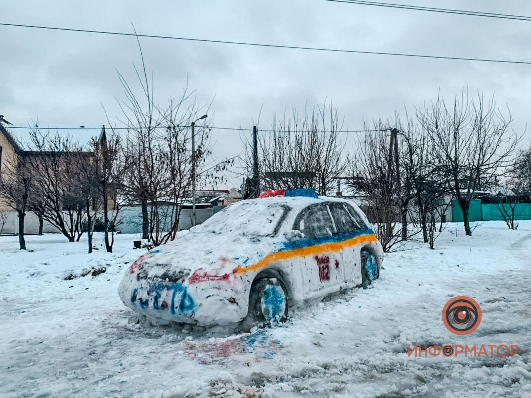 В Украине слепили из снега патрульное авто и позвонили в полицию 1