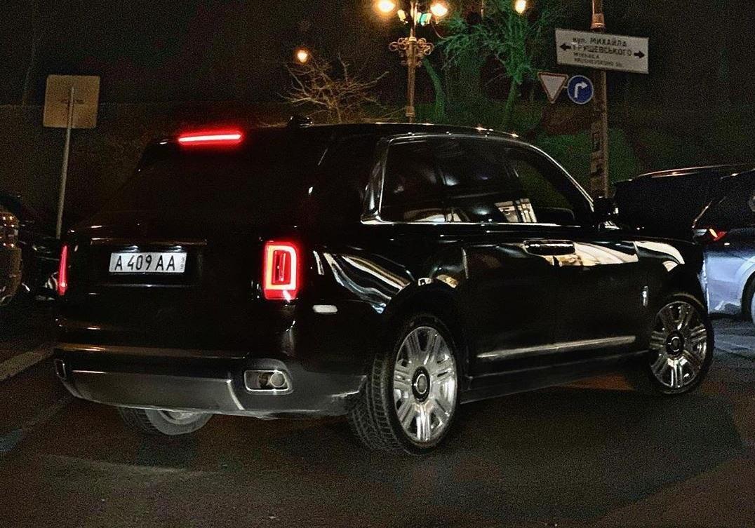 В Украине заметили роскошный Rolls-Royce Cullinan с замаскированными номерами 1