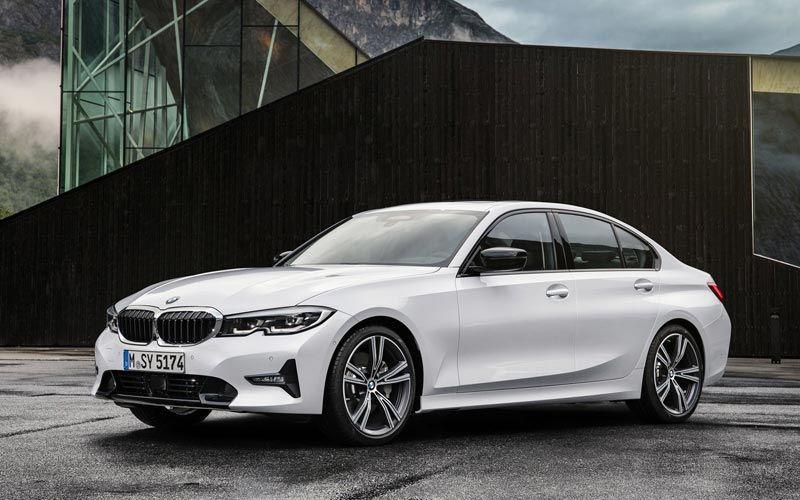 Показан самый доступный бензиновый седан BMW 1