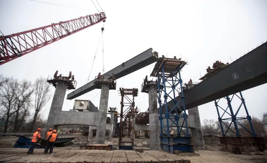 Подольский мост в Киеве пересек Русановское озеро 1