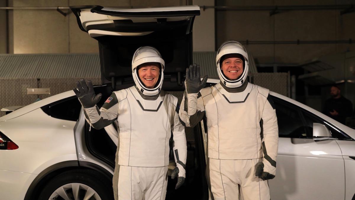 Теслы начнут доставлять космонавтов к ракетам 1