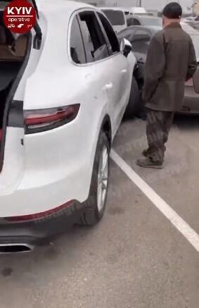 В Киеве девушка на Porsche перепутала педали и разгромила шесть автомобилей 2