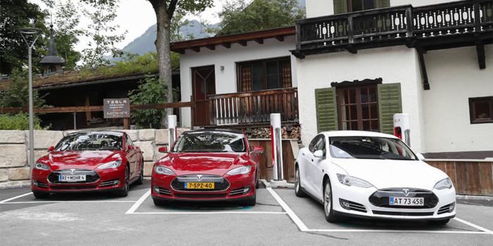 Электромобили Tesla научатся общаться с пешеходами 1