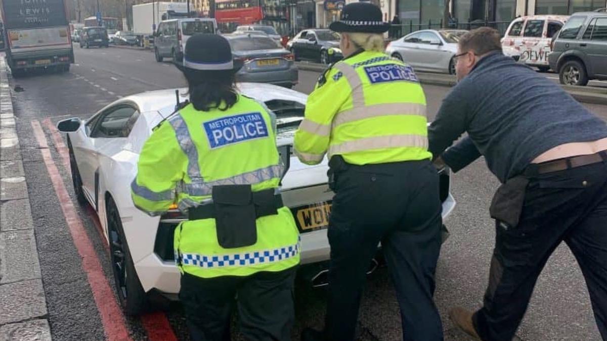 Полицейским пришлось вручную толкать сломанный Lamborghini Aventador 2