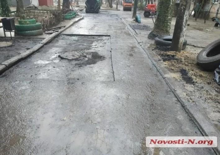 В Украине продолжают укладывать асфальт в лужи 1