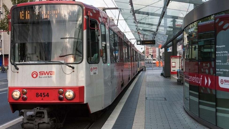 В Бонне пассажиры остановили трамвай без водителя 1