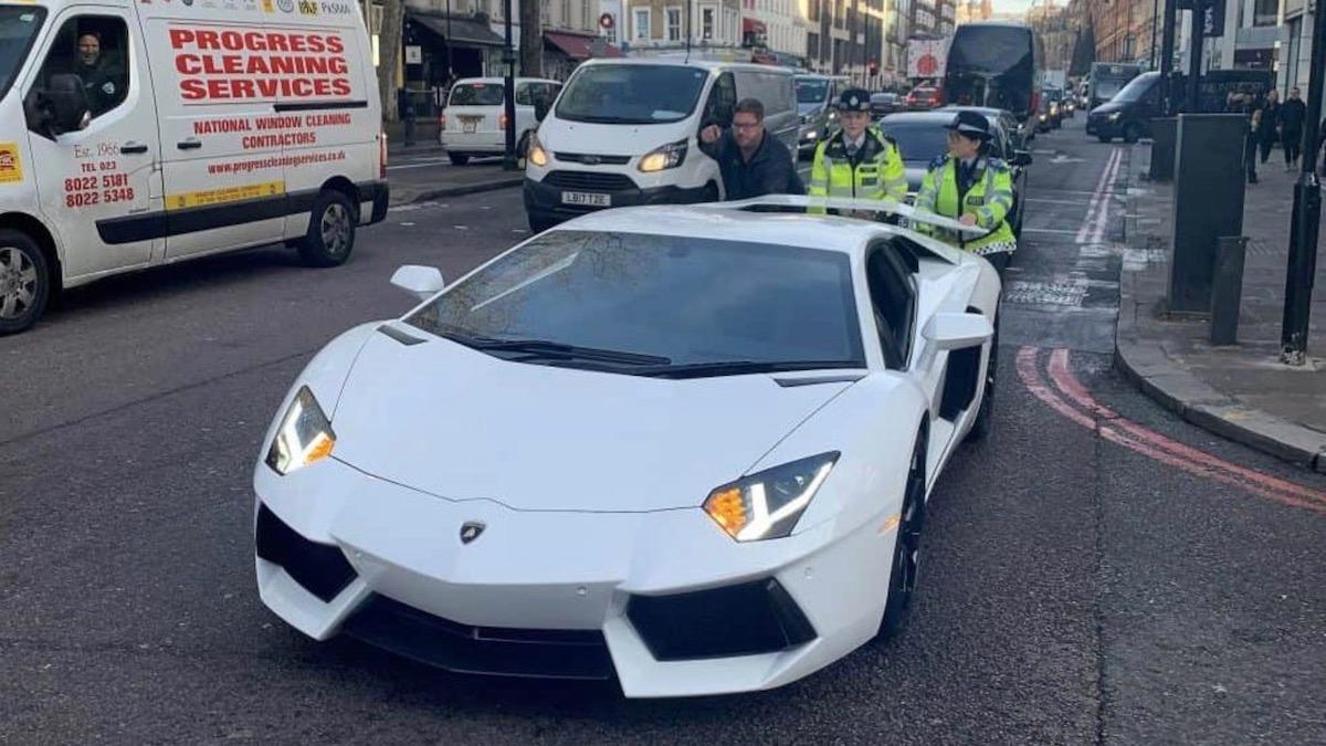 Полицейским пришлось вручную толкать сломанный Lamborghini Aventador 1