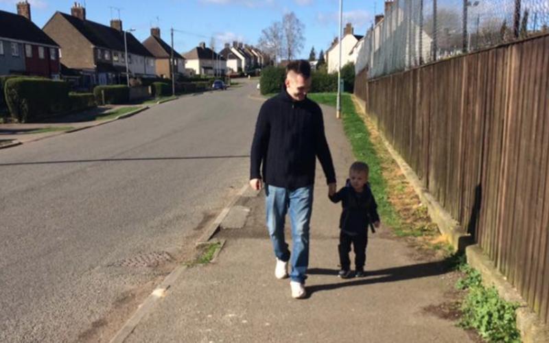 Трехлетний малыш на машинке на шоссе: он спешил спасти отца 1