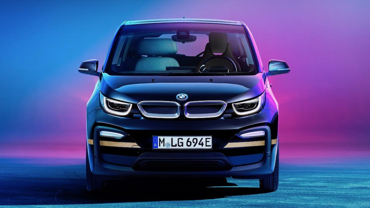 BMW i3 превратили в мобильный офис со столом и лампой 1