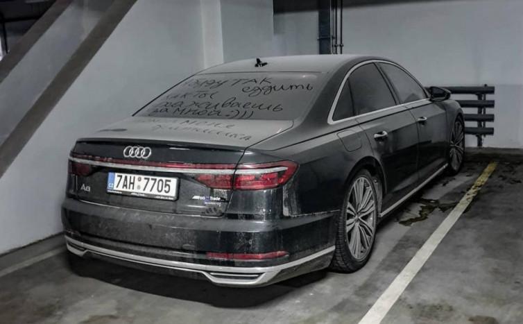 В Киеве обнаружена брошенная новенькая Audi A8 1