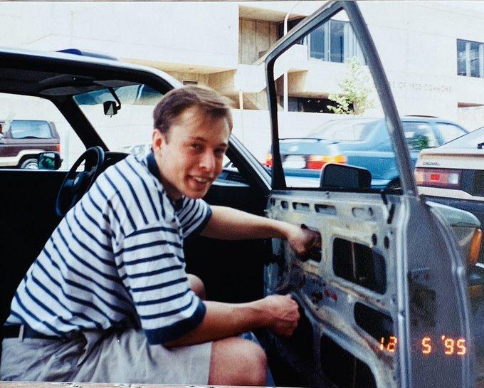 Мать Илона Маска показала, как сын чинил машины в юности 1