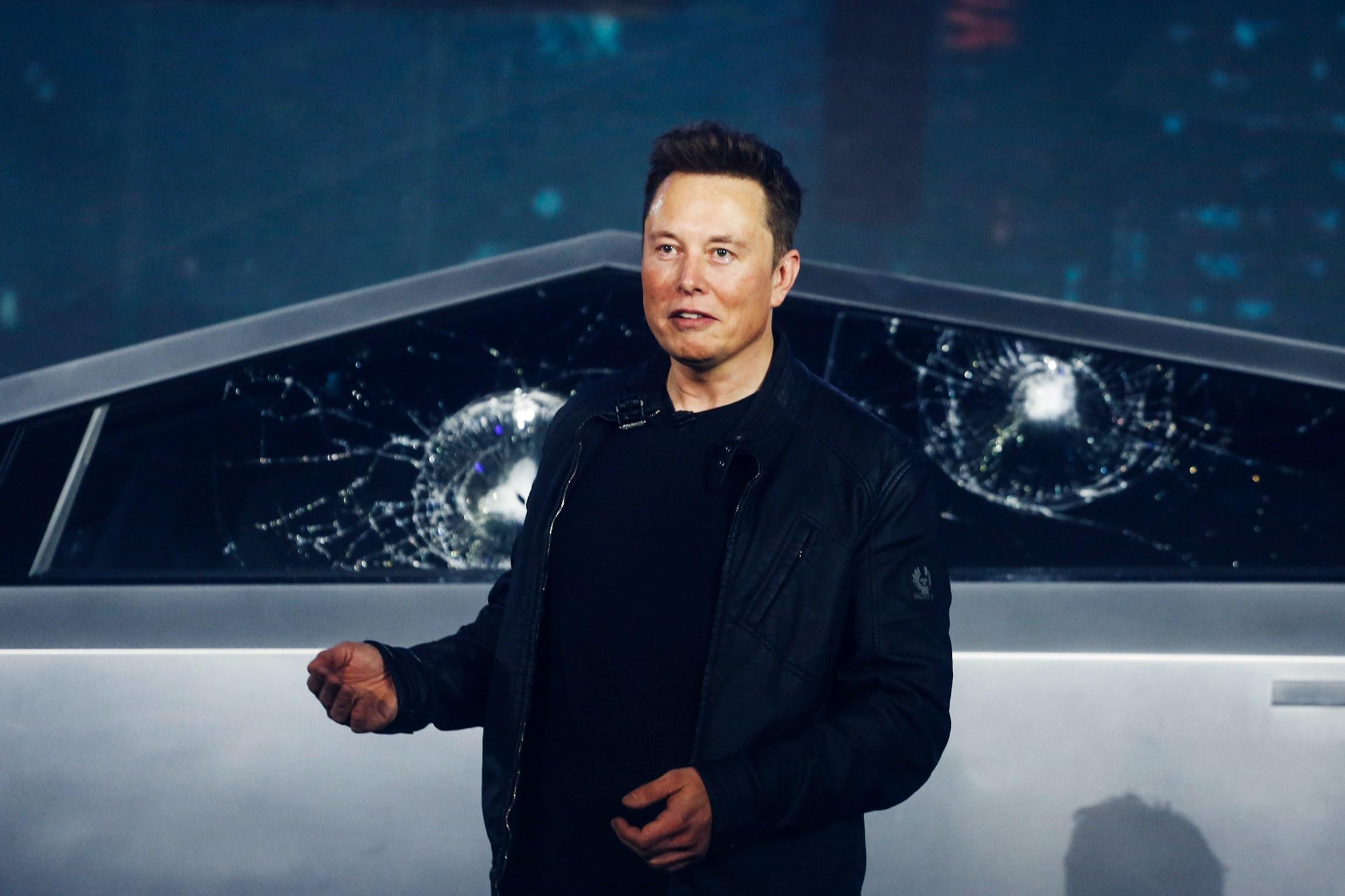 Илон Маск объяснил, почему во время презентации пикапа Cybertruck случился конфуз 1