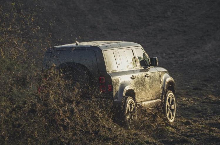 Новый Land Rover Defender показался на съемках фильма о Джеймсе Бонде 1