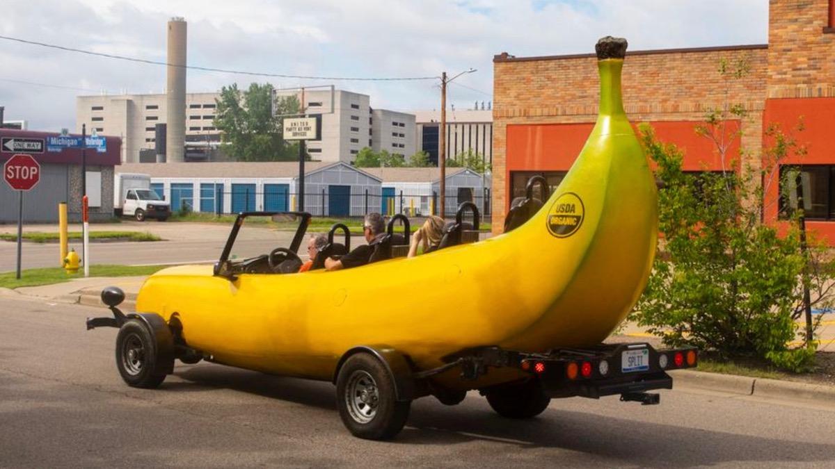 Полицейский остановил бананомобиль и дал денег водителю 2
