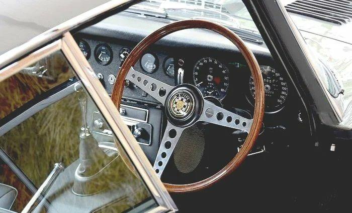 Винтажный Jaguar E-Type нашли в кустах и восстановили 3