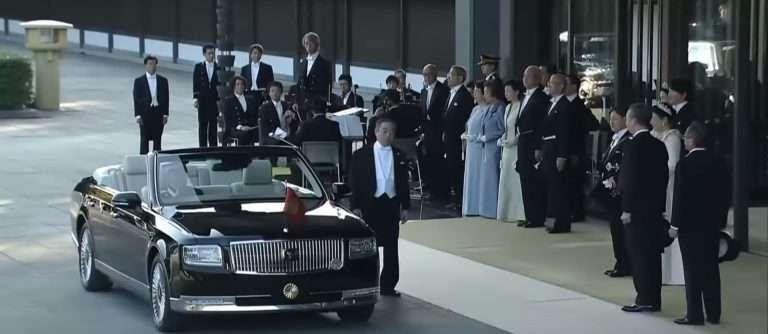 Император Японии обзавелся особым кабриолетом Toyota Century 1