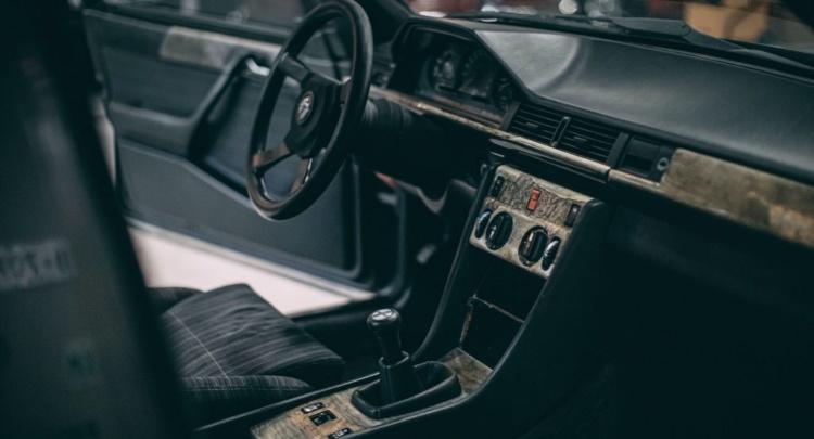 На продажу выставили 124-й Mercedes с двигателем от BMW 2